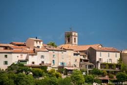 Blick auf das historische Zentrum von Montauroux mit seinem Kirchturm