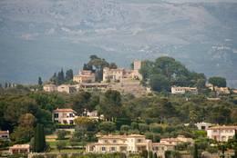 Blick von Mougins zu einem benachbarten Hügel