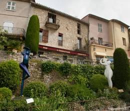 Kunst und viele Blumen und Pflanzen bestimmen das Stadtbild von Mougins
