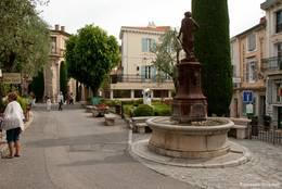 Ein Brunnen, viel Grün und hübsche Häuser im Zentrum von Mougins
