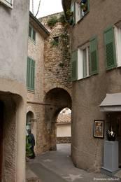 Ein altes Tor in den Gassen von Mougins