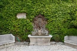 Ein Brunnen in Mougins