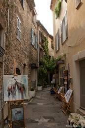 Eine Gasse im historischen Zentrum von Mougins mit zahlreichen Ateliers und Galerien