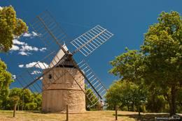 Restaurierte typisch provenzalische Windmühle der Moulins de Paillas