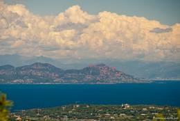 Ausblick über die Halbinsel von Saint-Tropez Richtung Esterel-Gebirge, über den Alpen im Hintergrund bilden sich mächtige Wolken