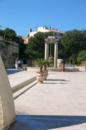 Der Place d'Assas unweit des Maison Carrée und in Anlehnung an das antike römische Forum