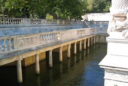 Säulen gesäumtes Wasserbecken in den Jardins de la Fontaine in Nîmes