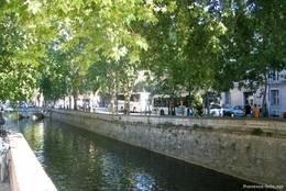 Wasserkanal am Rand der Altstadt von Nîmes