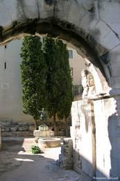 Die Porte d'Auguste, hier traf in der Antike die Via Domita auf die Stadt
