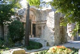 Der römische Diana-Tempel von Nîmes, er liegt unmittelbar angrenzend an die Jardins de la Fontaine