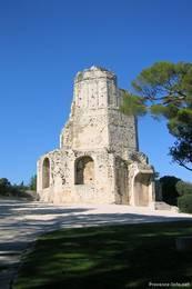 Der antike Tour Magne auf einem Hügel nördlich der Altstadt von Nîmes