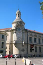 Uhrenturm am Gymnasium Alphonse Daudet nahe der Arena von Nîmes
