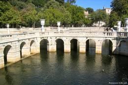 In den Jardins de la Fontaine findet man viele Wasserbecken wie dieses