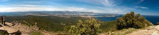 Ausblick vom höchsten Punkt des Cap Sicié, der Kapelle Notre-Dame du Mai, in das Hinterland mit der Bucht von Sanary-sur-Mer und Six-Fours-les-Plages ganz links, und der Bucht von Toulon und Saint-Mandrier-sur-Mer ganz rechts, im Hintergrund erhebt sich das Sainte-Baume Massiv