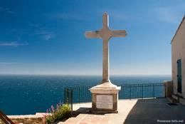 Ein Kreuz am Eingang der Kapelle Notre-Dame du Mai