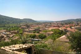 Blick über die Dächer von Nyons entlang dem Tal des Flusses Eygues