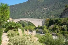 Die Pont de Nyons, eine mittelalterliche Steinbogenbrücke aus dem Jahr 1409