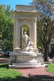 Ein Denkmal in den Straßen der Kleinstadt