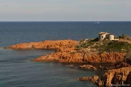 Die rötlichen Felsen des Esterel am Pointe du Cap Roux an der Côte d'Azur