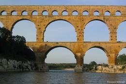 Nahaufnahme der Bögen des Aquädukts