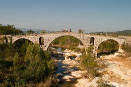 Die römische Brücke Pont Julien über den Fluss Calavon