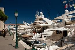 Teilweise liegen wie hier zahlreiche Luxusyachten am Ufer der Kanäle von Port Grimaud