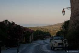 Abendlicher Blick aus den Straßen von Ramatuelle über die Hügel der Halbinsel von Saint-Tropez auf das Mittelmeer
