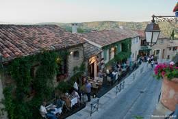 In den Gassen von Ramatuelle locken am Abend einige schöne kleine Restaurants mit leckerem Essen auf ihre Gäste