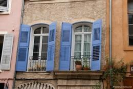 Blaue Fensterläden an einem alten Haus in Riez