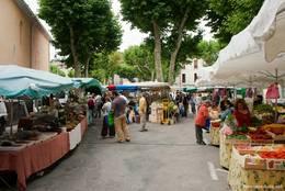 Stände auf dem provenzalischen Wochenmarkt in Riez