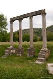 Diese Säulen am Rand von Riez sind die Reste eines römischen Apollotempels aus dem 1. Jahrhundert