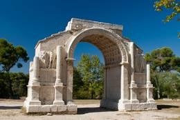 Römischer Triumphbogen nahe dem antiken Glanum (Les Antiques) bei Saint-Rémy-de-Provence