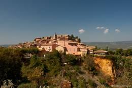 Das Dorf Roussillon wird geprägt durch alte Häuser in Ockerfarbtönen