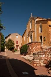 Der Eingang zur Kirche von Roussillon
