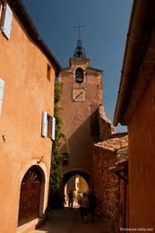 Ein Glockenturm mit Durchgang in den Gassen von Roussillon