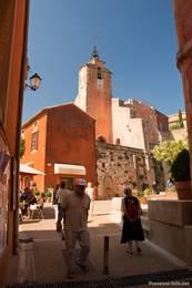 Die Kirche des Dorfes Roussillon