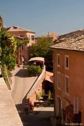 Verwinkelte Gassen im Zentrum von Roussillon