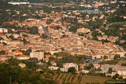 Ausblick von Saignon auf das in der Nähe gelegene Apt
