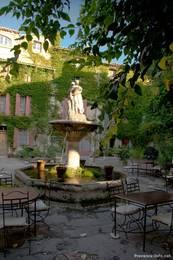 Ein alter Brunnen im Dorfzentrum von Saignon