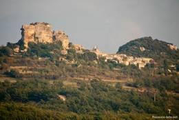 Blick aus der Ferne auf das kleine Dorf Saignon