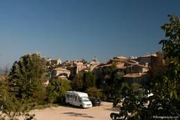 Blick über den Parkplatz am Ortsrand von Saignon auf das Dorf