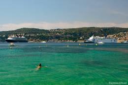 Türkisfarbenes Wasser in der Bucht von Villefranche-sur-Mer lädt zum Baden ein