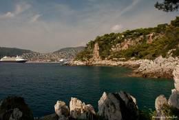 Immer wieder fällt der Blick auf das azurblaue Wasser des Mittelmeeres, der Rundweg um das Cap Ferrat lädt bei solchen Aussichten zum Verweilen ein