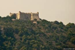 Beim Blick über die Bucht an der Westseite des Cap Ferrat entdeckt man das Fort du Mont Alban, das bereits zu Nizza gehört