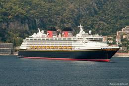 In der Bucht von Villefranche-sur-Mer an der Westseite des Cap Ferrat liegt das Kreuzfahrtschiff Disney Magic