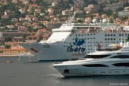 Ein Kreuzfahrtschiff und eine Luxusyacht, im Hintergrund Villefranche-sur-Mer