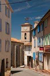 Straße im Zentrum von Saint-Paul-en-Forêt nahe der Kirche