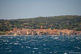 Blick von Sainte-Maxime über das Meer auf das nahe gelegene Saint-Tropez