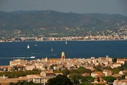 Ausblick über die Altstadt und die Bucht von Saint-Tropez in Richtung Sainte-Maxime im Hintergrund