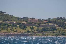 Blick vom Mittelmeer auf die Festung von Saint-Tropez